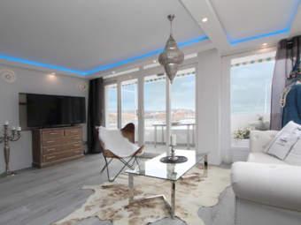 Elegante apartamento renovado con vistas maravillosas en primera línea de mar