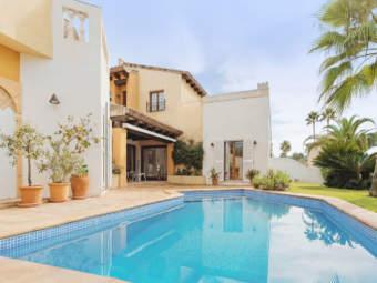 Chalet mediterráneo con piscina privada a pie del campo de golf